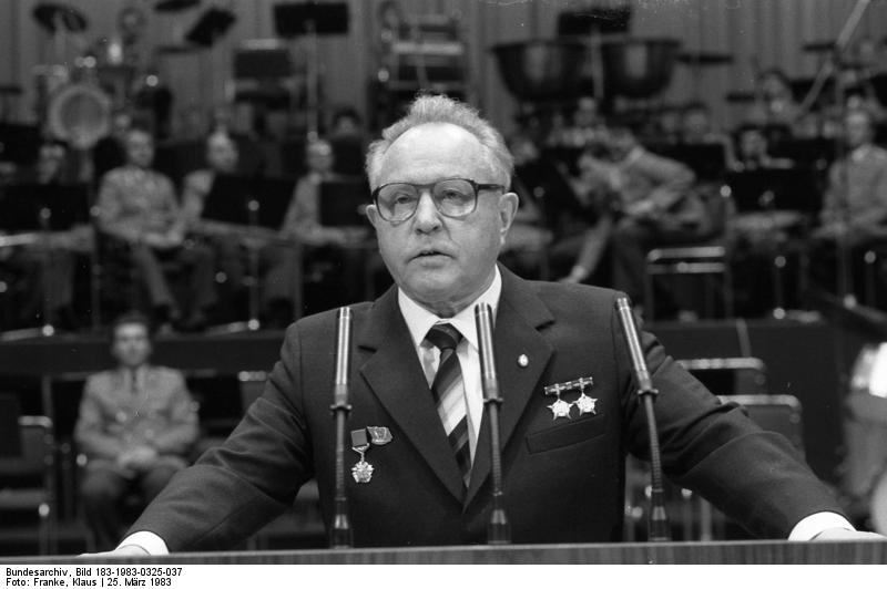 Mielke addressing the Volkskammer, March 25 1983. Source: Bundesarchiv.