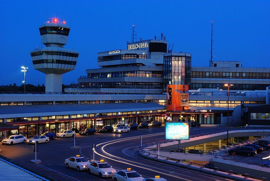 1024px-Flughafen_Tegel_Tower_und_Hauptgebäude