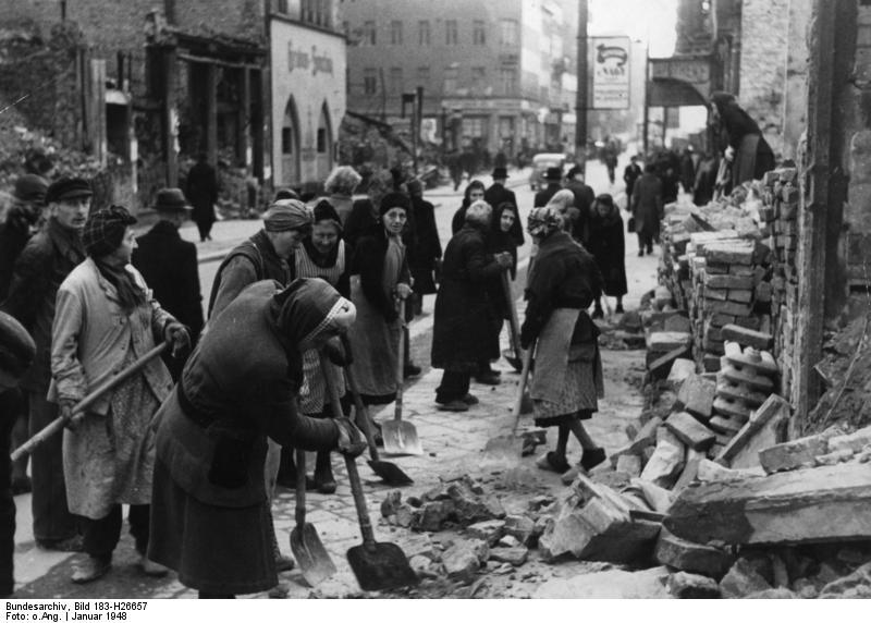 """Illus-dpd 22.1.1948 Berlin räumt auf, Truemmerfrauen ersetzen Bagger. Fehlende Bagger und Maschinen werden durch Menschenkraft ersetzt. So sieht man überall in Berlin die sogenannten """"Trümmerfrauen"""", Berlinerinnen jeden Alters - in Regen und Schnee, Hitze und Kälte mit ihren Spaten bei Aufräumungsarbeiten in den Trümmern. Diese Aufnahme entstand vor wenigen Tagen in der Friedrichstraße an der Ecke Unter den Linden im sowjetischen Sektor Berlins. 1123-48"""